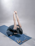 Jonge vrouw die yogaoefening doet Stock Afbeeldingen