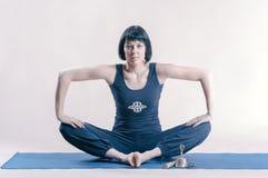 Jonge vrouw die yogaoefening doet Stock Foto