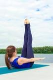 Jonge vrouw die yogaoefening op mat 11 doen Royalty-vrije Stock Foto