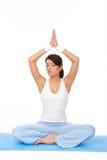 Jonge vrouw die yogaoefening op mat doet Stock Foto's