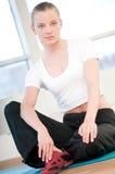 Jonge vrouw die yogaoefeningen doet Stock Afbeelding