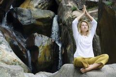 Jonge vrouw die yogaoefeningen doet Stock Afbeeldingen