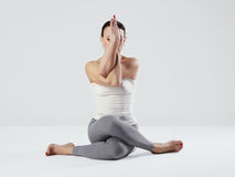 Jonge vrouw die yogaoefeningen doet gezond geschikt sportmeisje Stock Afbeelding