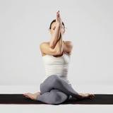 Jonge vrouw die yogaoefeningen doet gezond sportmeisje Stock Afbeeldingen