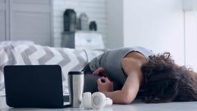 Jonge vrouw die yogatraining thuis doen stock footage