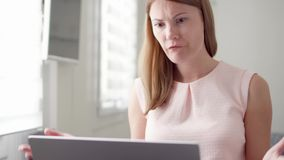 Jonge vrouw die zeer slecht nieuws op het haar die laptop computerscherm ontvangen, met mislukking wordt verstoord en wordt gefru stock videobeelden