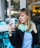 Jonge vrouw die zelfportret maken die smartphone gebruiken royalty-vrije stock foto's