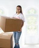 Jonge vrouw die zich aan een nieuw huis beweegt Royalty-vrije Stock Foto