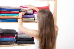 Jonge vrouw die zich dichtbij de garderobe bevinden stock afbeeldingen