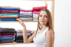 Jonge vrouw die zich dichtbij de garderobe bevinden royalty-vrije stock afbeelding