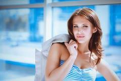 Jonge vrouw die zich dichtbij muur in bureau bevinden Royalty-vrije Stock Foto