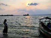 Jonge vrouw die zich langs kant de kusten van Flores, Guatemala bevinden stock afbeeldingen