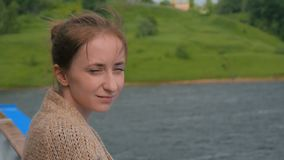 Jonge vrouw die zich op dek van cruiseschip bevinden en rivier en landschap bekijken stock footage