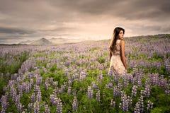 Jonge vrouw die zich op een weide bevindt Royalty-vrije Stock Fotografie
