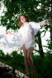 Jonge vrouw die zich op het logboek bevindt Stock Afbeelding