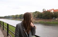 Jonge vrouw die zich op kade bevinden Royalty-vrije Stock Foto's