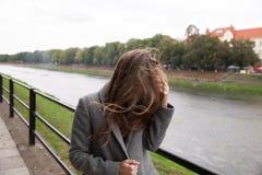 Jonge vrouw die zich op kade bevinden Stock Afbeeldingen