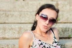 Jonge vrouw die zonnebril draagt Stock Foto's