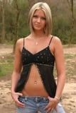 Jonge vrouw die zwarte bovenkant draagt stock foto
