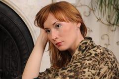 Jonge vrouw diep in gedachten Royalty-vrije Stock Afbeeldingen