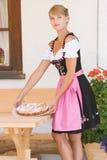 Jonge vrouw in dirndl met cake Royalty-vrije Stock Foto's