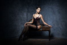 Jonge vrouw in donkere lingerie Stock Fotografie