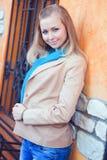 Jonge vrouw door het venster met gesmede bars Royalty-vrije Stock Foto's