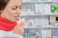 Jonge vrouw in drogisterij met zakdoek stock afbeeldingen