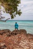 Jonge vrouw in Eagle Beach in Aruba royalty-vrije stock afbeelding