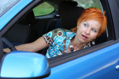 Jonge vrouw in een auto royalty-vrije stock afbeeldingen