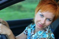 Jonge vrouw in een auto royalty-vrije stock fotografie
