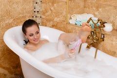 Jonge vrouw in een badkamers. royalty-vrije stock afbeelding