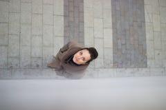 Jonge vrouw in een beige laag royalty-vrije stock afbeelding