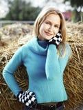 Jonge vrouw in een blauwe sweater in het platteland royalty-vrije stock afbeeldingen