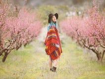 Jonge vrouw in een bloesembomen royalty-vrije stock afbeelding