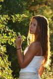 Jonge vrouw in een bos Royalty-vrije Stock Foto's