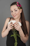 Jonge vrouw in een donkere kleding Royalty-vrije Stock Foto