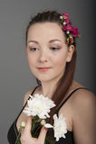 Jonge vrouw in een donkere kleding Stock Afbeeldingen