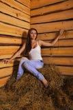 Jonge vrouw in een hayloft Royalty-vrije Stock Afbeelding