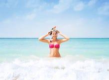 Jonge vrouw in een het duiken masker in het overzees Royalty-vrije Stock Fotografie