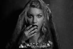 Jonge vrouw in een het rouwen sluier Royalty-vrije Stock Afbeeldingen