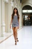 Jonge vrouw in een kleding Stock Foto