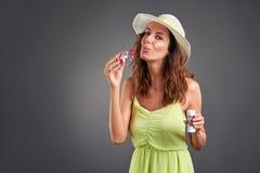 Jonge vrouw in een kleding Stock Afbeeldingen