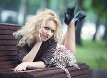 Jonge vrouw in een park Royalty-vrije Stock Afbeeldingen