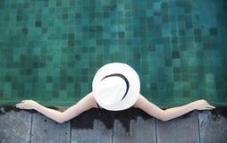 Jonge vrouw in een pool Stock Afbeelding