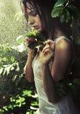 Jonge vrouw in een regenwoud stock foto