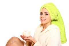 Jonge vrouw in een robe en met een handdoek op haar hoofdholding een kruik Stock Foto