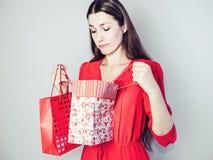 Jonge vrouw in een rode kleding royalty-vrije stock fotografie