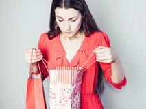 Jonge vrouw in een rode kleding stock afbeeldingen