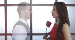 Jonge vrouw in een rode kleding met bloemen in haar handen stock video